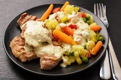 Geroosterd varkensvleeshaasbiefstuk en gekookte groenten met de saus van de roommosterd royalty-vrije stock foto's