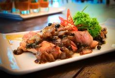 Geroosterd varkensvleeshaasbiefstuk met zwarte pepersaus Geschikt voor rood wijnstok en diner Stock Afbeelding