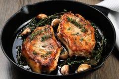 Geroosterd varkensvleeslapje vlees in pan stock afbeeldingen