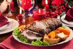 Geroosterd varkensvleeslendestuk met aardappelen in de schil royalty-vrije stock foto