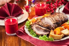 Geroosterd varkensvleeslendestuk met aardappelen in de schil royalty-vrije stock afbeelding