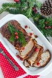 Geroosterd varkensvleeslendestuk met kersen en kruiden op feestlijst Stock Fotografie