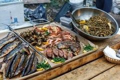 Geroosterd vissen, garnalen, mosselen, zeevruchten, citroen en basilicum Straatvoedsel Royalty-vrije Stock Afbeeldingen