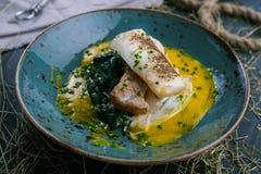 Geroosterd vissenlapje vlees met groentenschotel van het restaurant stock fotografie