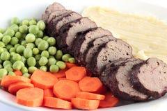 Geroosterd vlees met fijngestampte aardappels en groenten Royalty-vrije Stock Afbeelding