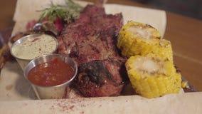 Geroosterd vlees met ribbeen die op pitabroodje met dicht omhoog kruid, graan en sausen liggen Dienend voedsel in restaurant Nadr stock footage