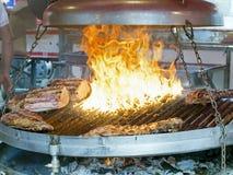 Geroosterd vlees   op koperslager in de markt van het land Stock Afbeelding