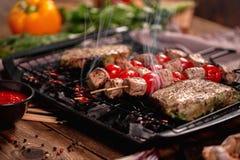 Geroosterd vlees op steenkolen met groenten royalty-vrije stock foto's