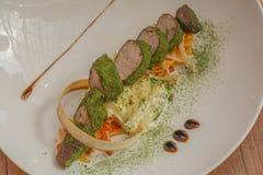 Geroosterd vlees, geroosterd vlees, spinazie en groenten stock afbeelding