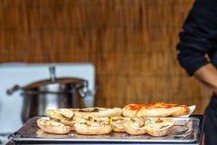 Geroosterd voedsel op de manier aan het bergfestival royalty-vrije stock foto