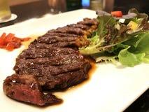 Geroosterd zeldzaam rundvleeslapje vlees gesneden met groenten Royalty-vrije Stock Afbeelding