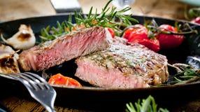 Geroosterd Zwart Angus Steak Striploin bij het braden van de pan van de gietijzergrill op donkere achtergrond royalty-vrije stock foto's