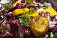 Geroosterde aardappel met rood witlof Royalty-vrije Stock Foto