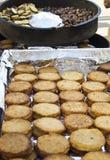Geroosterde aardappelpannekoeken en kastanjes Stock Afbeeldingen