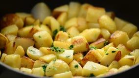 Geroosterde aardappels stock video