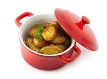 Geroosterde aardappels en kruiden in de pan Royalty-vrije Stock Afbeelding