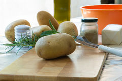 Geroosterde aardappels - (ingrediënten: zout, rozemarijn, salie, olie, boter, kruiden) Royalty-vrije Stock Fotografie
