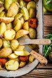 Geroosterde aardappels met kruiden en tomaten Stock Afbeeldingen