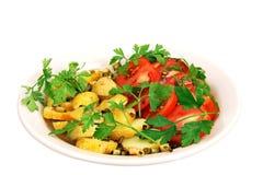Geroosterde aardappels met tomaten. Stock Fotografie