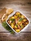 Geroosterde aardappels met tonijn Royalty-vrije Stock Foto's