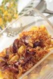 Geroosterde aardappels met ui en worst Royalty-vrije Stock Foto's