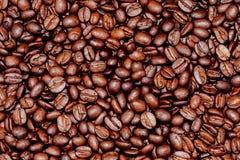 Geroosterde arabica koffiebonen als dicht omhoog macromening als achtergrond stock foto