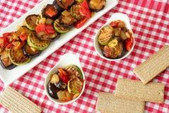 Geroosterde aubergine en courgette met peper en uien stock afbeelding