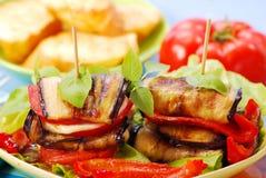 Geroosterde aubergine met kaas, paprika en tomaat Stock Foto