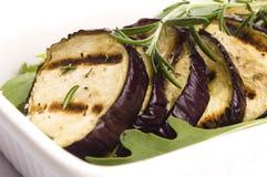 Geroosterde aubergineplakken op een plaat Stock Foto