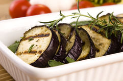 Geroosterde aubergineplakken op een plaat Royalty-vrije Stock Fotografie