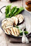 Geroosterde aubergines met saladebladeren Stock Fotografie
