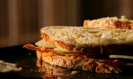 Geroosterde bacon en appelsandwich royalty-vrije stock afbeeldingen