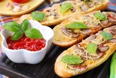 Geroosterde baquette met kaas en paddestoelen Royalty-vrije Stock Afbeelding