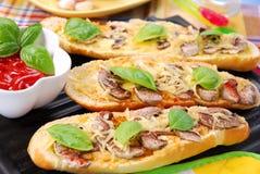 Geroosterde baquette met kaas en paddestoelen Royalty-vrije Stock Foto's