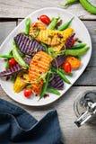 Geroosterde Bataten met Onverwacht erwt en Rocket Salad Stock Afbeeldingen