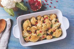 Geroosterde bloemkool met de granaatappelzaden van de broodkruimelskaas Stock Afbeeldingen