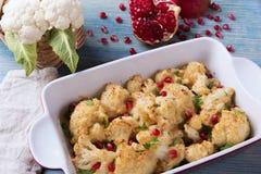 Geroosterde bloemkool met de granaatappelzaden van de broodkruimelskaas Stock Afbeelding