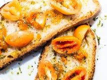 Geroosterde broodbruschetta met Italiaanse tomaten, oranje kleur, zeer goed en durend, kruidde met olijfolie en orego royalty-vrije stock afbeeldingen