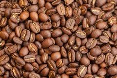 Geroosterde bruine koffiebonen als achtergrond Royalty-vrije Stock Foto's