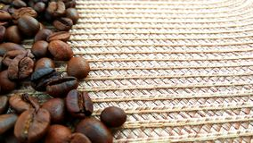 Geroosterde bruine koffiebonen op doekachtergrond royalty-vrije stock fotografie