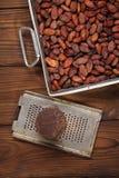 Geroosterde cacaobonen en 100% stevige chocolade Royalty-vrije Stock Foto's