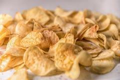 Geroosterde chips op een plaat op een witte achtergrond stock afbeeldingen