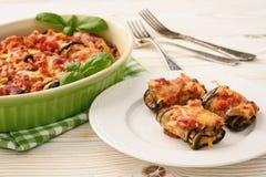 Geroosterde die aubergines met gehakt worden en met tomaten en kaas worden gebakken gevuld die Stock Foto