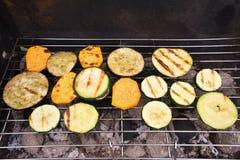Geroosterde die groenten op de tuingrill door houten steenkool wordt verwarmd stock foto