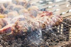 Geroosterde die kebab in kruiden en kruiden wordt gemarineerd royalty-vrije stock foto's