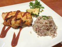 Geroosterde die kip met saus met ongepelde rijst en fruitsala wordt gediend Stock Foto's