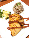 Geroosterde die kip met saus met ongepelde rijst en fruitsala wordt gediend Royalty-vrije Stock Foto's