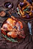 Geroosterde die kip op een plaat wordt gediend stock foto's