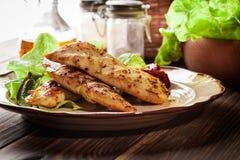 Geroosterde die kippenborsten met geroosterde paprika worden gediend Stock Afbeeldingen