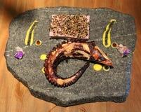 Geroosterde die octopus in gastronomisch restaurant wordt gediend Stock Afbeeldingen